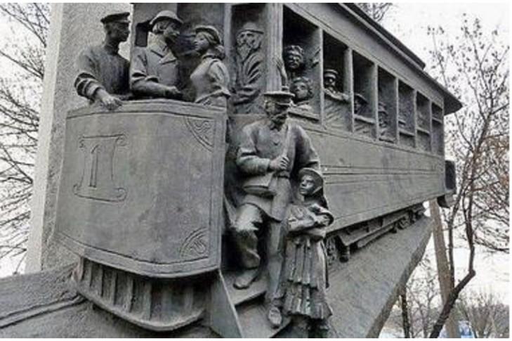 Два. Вернуть на старое историческое место памятник первому трамваю