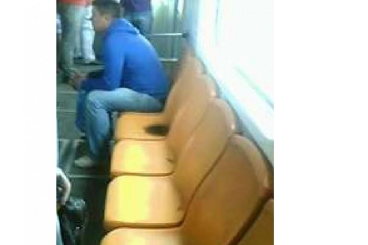 Сидіння у вагоні метро на червоній лінії  26 червня 2017 року 15:49  під час зливи