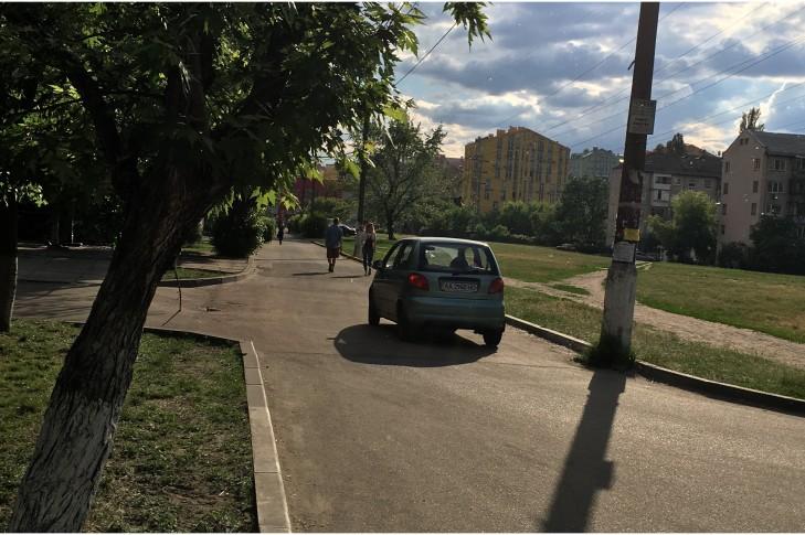 Зображення дороги, без тротуару про яку йде мова