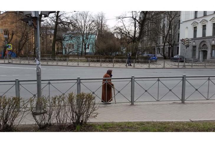 бабуся не може зайти на тротуар, бо їй  заважає забор, тож вона повинна наражати себе на небезпеку