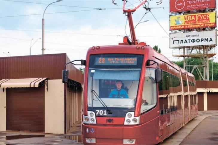 Зробити по 3 вагони в рухомому складі трамвайних маршрутів №28,33 зранку, у годину пік, як це було на початку 2000-х.