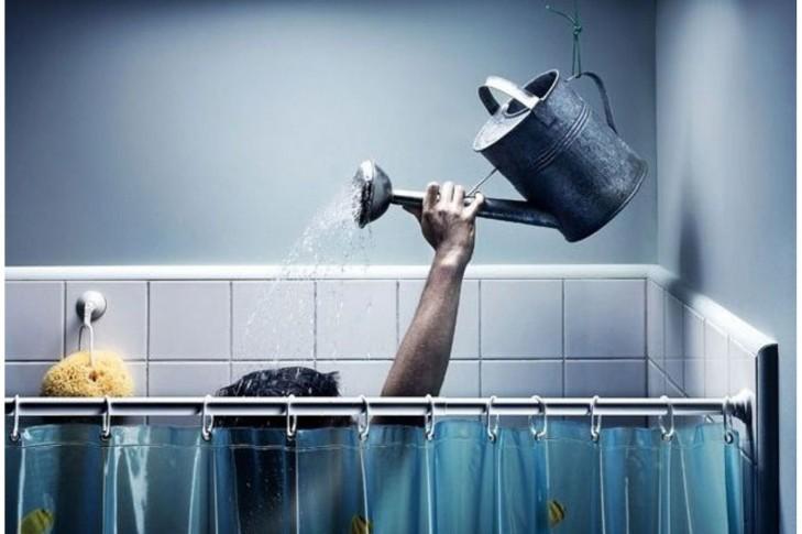 на фото людина яка миється водою підігрітою на плиті