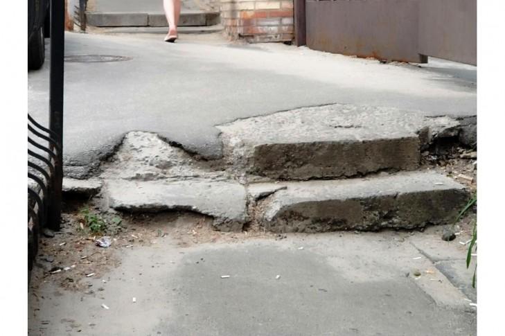 Сходи вищерблені, розсунулися, асфальтове покриття пошкоджене або зовсім відсутнє