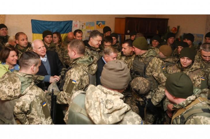 Сенатор-республіканець із українськими оборонцями в Широкиному, Донецька обл., 31.12.2016